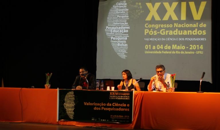Cristiano Fecha, Luana Bonone e professor Carlos Levi, durante primeira mesa do Congresso
