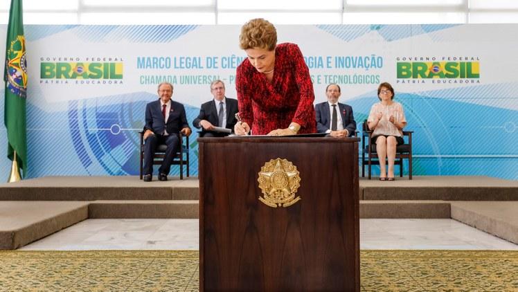Cerimônia de sanção do Marco legal da CT&I e lançamento da chamada universal no Palácio do Planalto, em 11 de janeiro. (Foto: Roberto Stuckert Filho/PR)