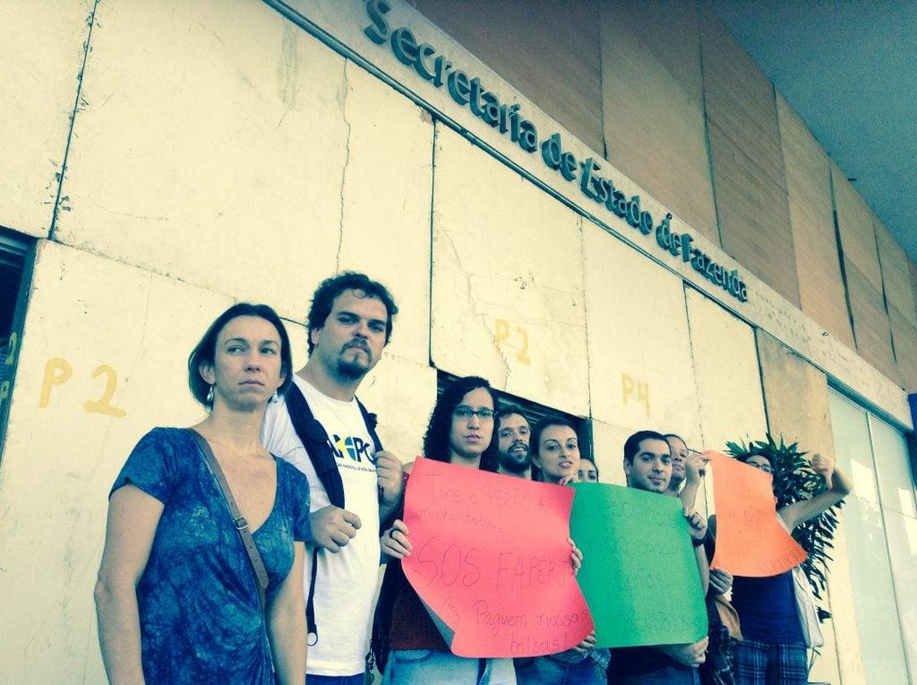 Pós-graduandos e pós-graduandas em ato na frente da Secretaria de Fazenda do Estado do Rio