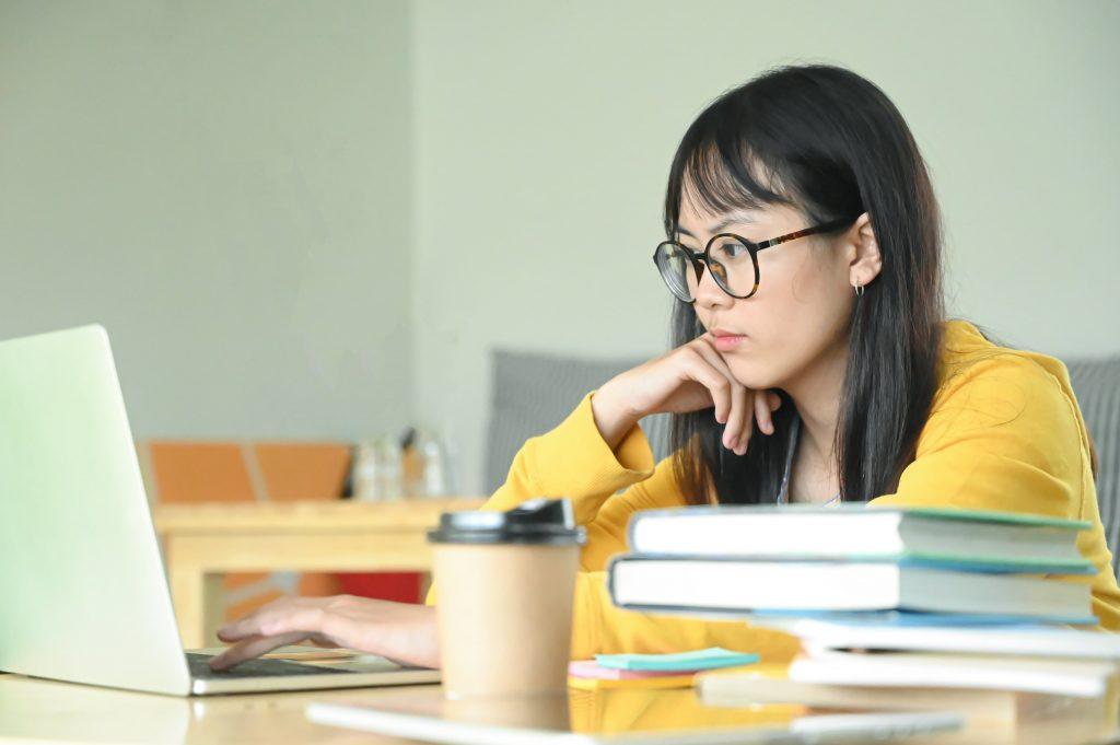 jovem estudando sozinha